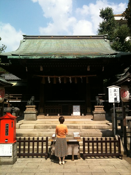 <b>woman at shrine in Ueno</b> <br>Tokyo, Japan <br>August 25, 2010