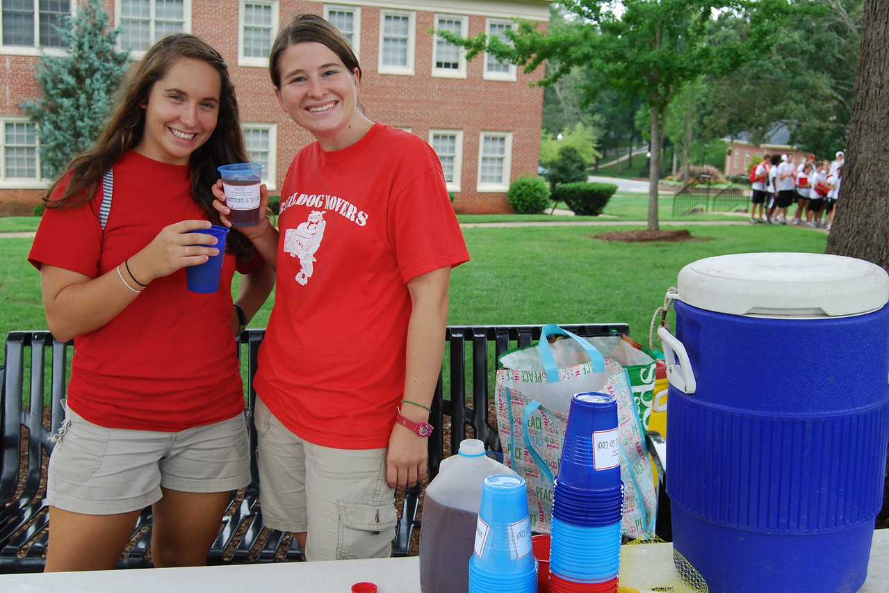 Michelle Palacio and Stephanie Ritchey serve drinks on move-in day to the freshmen and their families.