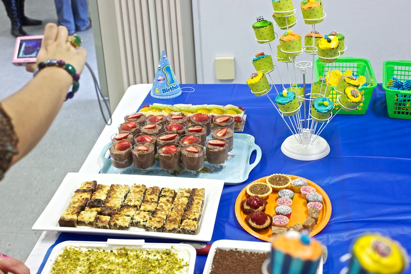 The dessert table.