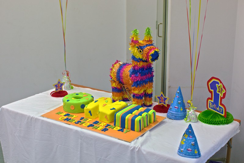 Cake, piñata.