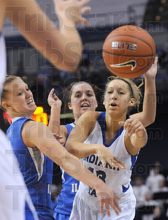 Pressure: Indiana State's #13, Deja Mattox fires the ball to an open teammate as she's pressured by two Eastern Illinois defenders.