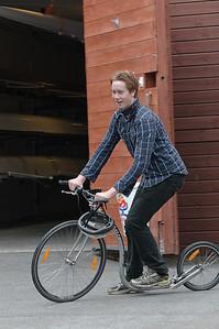 Trygve prøver seg på en ny sykkel.