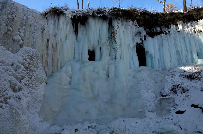 Minnehaha Falls in Minneapolis,der kleine weisse Fleck im linken Loch im Eis ist eine Muetze von einem Maedel...oben sieht man ein Warnschild...