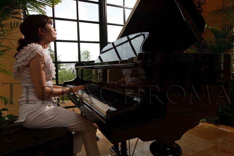 "(Cherry Hills Village, Colorado, July 30, 2010)<br /> Bianca Mendoza, who will attend George Washington High School as a junior, was an ACBC graduate.  She plays the piano for the first hour while guests arrive.  ""Sunset in the Country,"" benefiting the Anchor Center for Blind Children, at the home of Mike and Peggy Shanahan in Cherry Hills Village, Colorado, on Friday, July 30, 2010.<br /> STEVE PETERSON"
