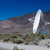 """Eines der VLBA (Very Low Base Array) Radio Antennen. Es gibt 10 Stueck davon die in den USA verteilt sind. Hawaii, New Mexico, Texas, etc - und natuerlich dieses hier in Kalifornien. Diese Dinger dienen ausschliesslich dem Zweg intilligentes, ausserirdisches Leben zu erforschen. Also in Klartext - falls Ausseridische irgendwelche Radiofrequenzen in das All schicken werden diese Dinger es auffangen und entschluessen. Vielicht erkennt ihr es aus dem Film """"Contact"""" mit Jodie Foster...einer meiner Lieblingsfilme. Auch der Grund warum ich hier ueberhaupt hingefahren bin....<br /> <br /> Mehr info gibt es hier: <br />  <a href=""""http://www.vlba.nrao.edu/"""">http://www.vlba.nrao.edu/</a>"""