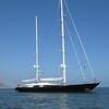 Dieses 55 Meter lange Luxussegelschiff gehoertr dem Firmenchef von Oracle - er braucht 8 Vollzeitangestellte nur um diese Yacht zu bedienen und flegen...Kostenpunk 35 Millionen Euro