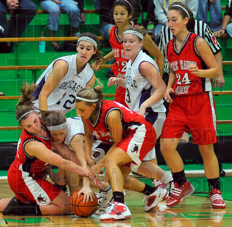 Scrappers: Greencastles Alyssa Nichols, center,Chelsea Samuels(22) and Mallory Miller(33) scrap with Braves Kayla Ennen left, Haley Seibert center, while Tasia Brewer(12) and Kaylee Ellis(24) wait to see if their help is needed.