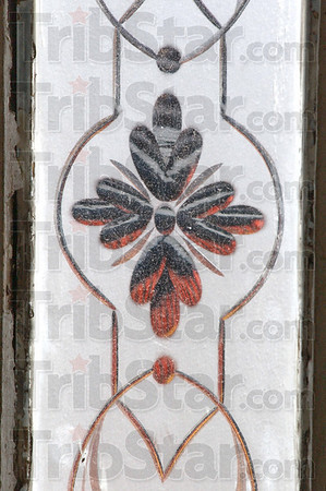 Frosted pane:The two long, vertical panes of glass in the front door show a stylized leaves with etched patterns.