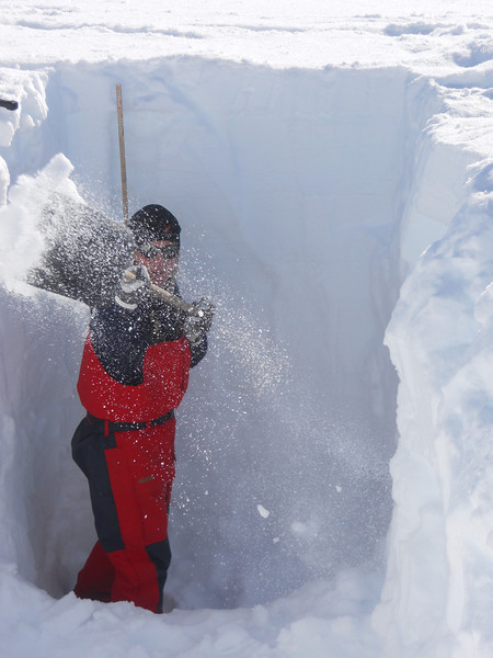 Digging a snow pit<br /> <br /> Photo: Angelika Dummermuth