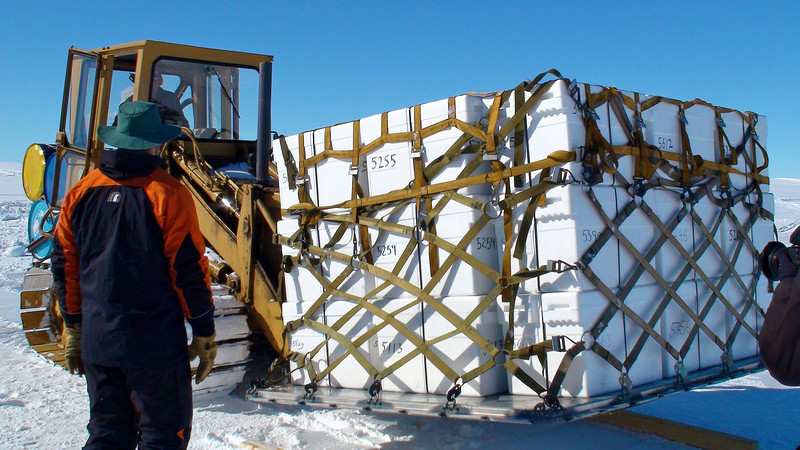 ¨The pallets filled with ice are moved into the plane