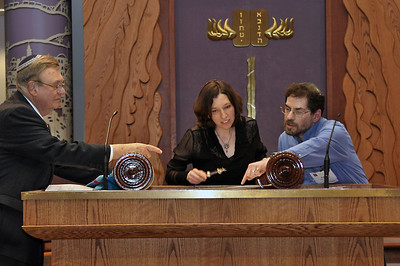 Hazzan (cantor) Elisheva Dienstfrey reads from the new Torah scroll for the first time (photo by Sam Backman)
