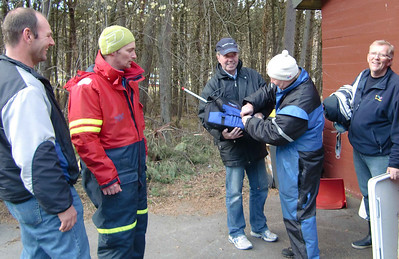 Sven Erik, Arne, Rune, Svenn Erikog John sjekker utstyr til målteltet
