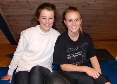 Flinke og smilende juniorjenter tar en kort pause i treningen.