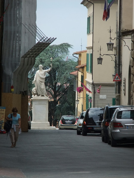 Statue in Via Ricasoli, Arezzo, Toscana.  Photo taken from the same position as the wider angle view that is the third image to the right of this one.