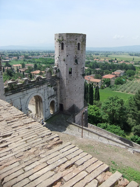Spello, Porta Venere.  The gate has two towers (here, only a sliver of the closer one can be seen at the extreme left); the outer one, in the center of this photo, is the Tori Properzio.  Geographic coordinates:  42.991595, 12.669649.