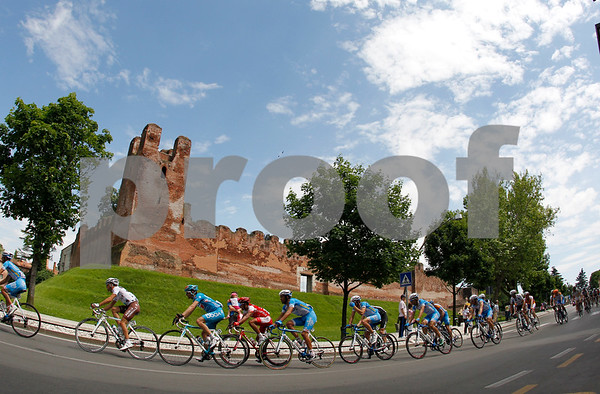 The peloton are halfway through the stage, passing through Castelfranco Veneto towards the mountains...