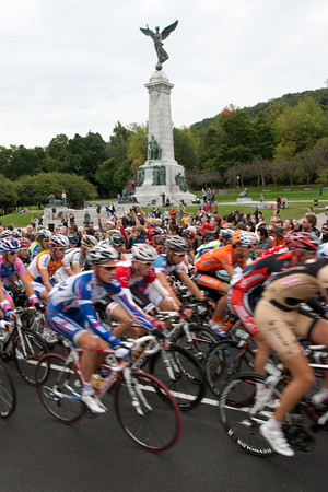 The pace is already high as the peloton completes its first of the sixteen circuits through Montréal.