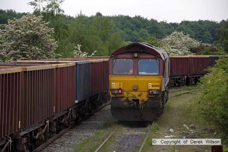 100525-073    66068 running round the stock to form train 6M69 Welbeck colliery-Daw Mill colliery, empty MEA boxes.