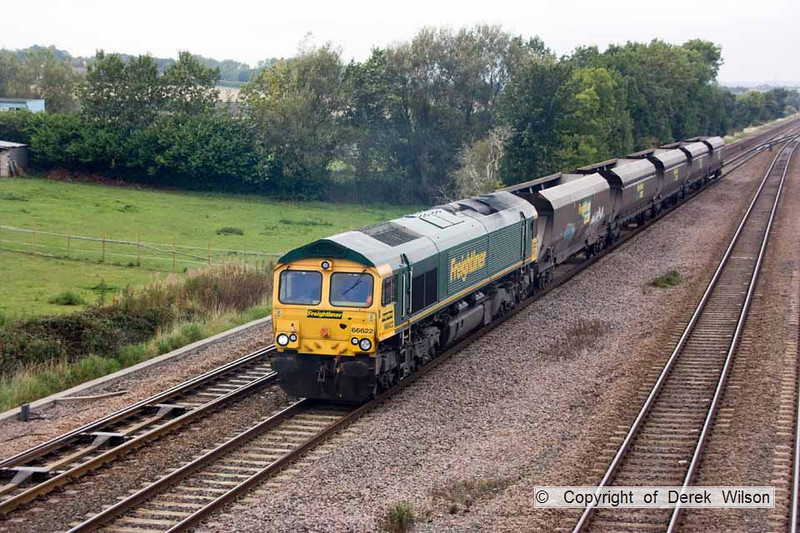 100910-005     Freightliner class 66/6 no. 66622 passing Tupton with 4Z02 Hunslet - Etches Park, with wagons for repair.