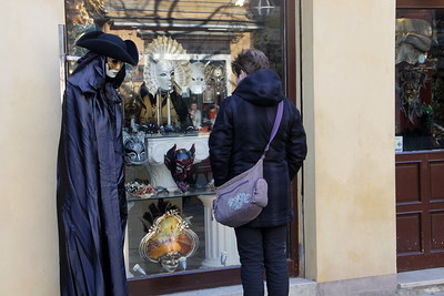 Venetian carnival - a (not very classy) maskshop gives a taste of things to come