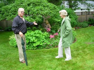 Kurt Gerrish introduces Nancy Basset to Barbara Kaufmann sculpture