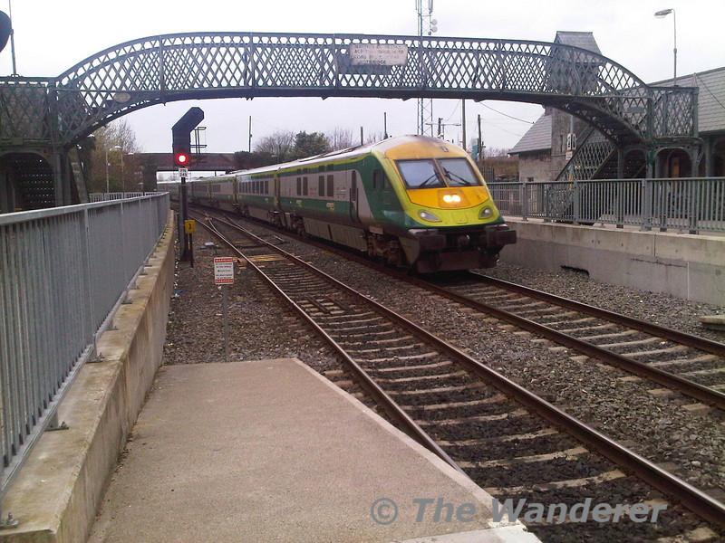 The 1630 Cork - Heuston with 4002 leading arrives at Portarlington.  Fri 01.04.11