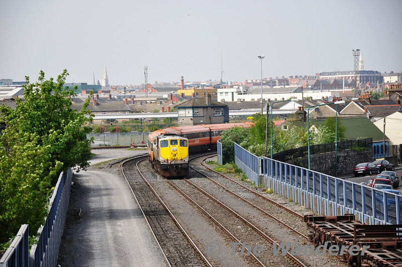086 arrives at North Wall with the MK III carriages for storage from Heuston.  Fri 22.04.11