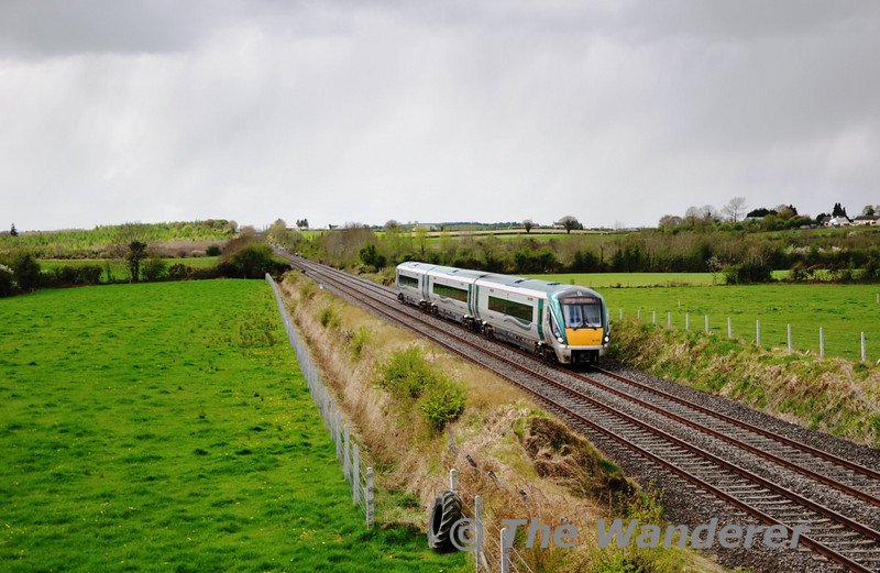 22019 races past Rosskelton with the 1130 Cork - Heuston service. Mon 11.04.11