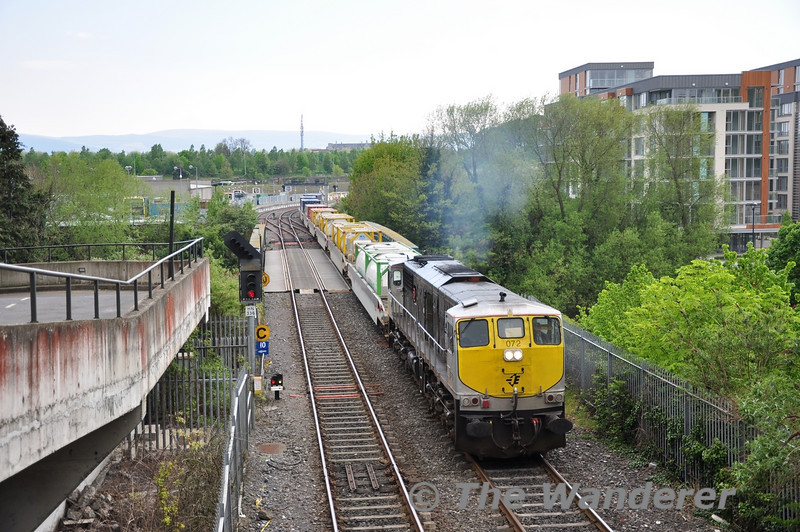 072 passes over the Liffey Bridge and heads into the Phoenix Park Tunnel at Islandbridge with the 0930 Ballina - North Wall IWT Liner. Fri 22.04.11