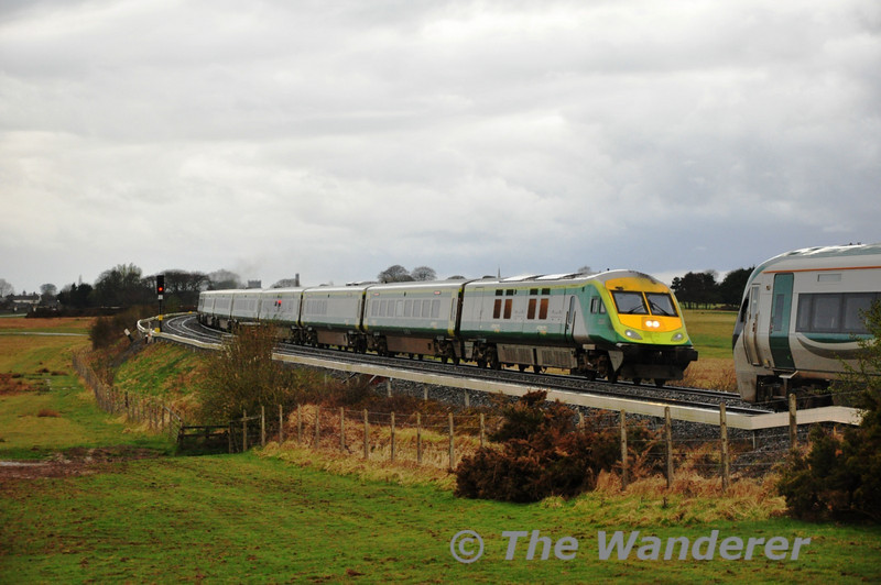 4004 leads the 1630 Cork - Heuston through the  Curragh while 22042 slows for the red signal.  Sat 02.04.11