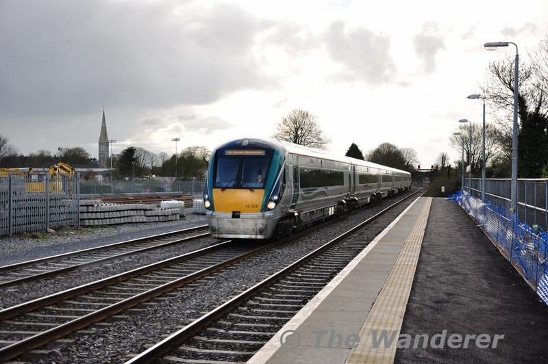 22035 passes Kildare on the centre road with the 1505 Galway - Heuston. Sat 02.04.11