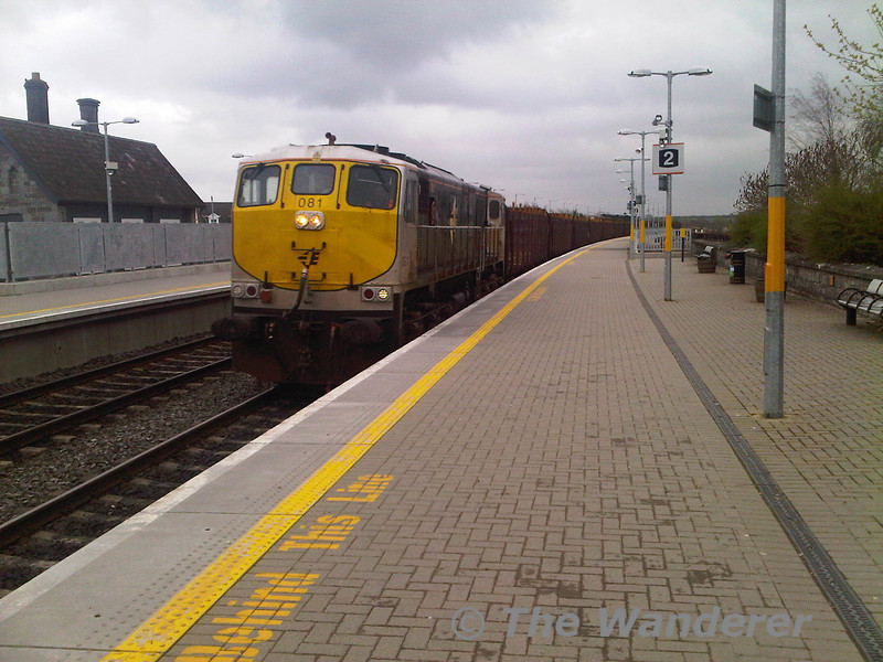 The 1155 Waterford - Westport ety Timber hauled by 076 failed at Athy this afternoon. 081 was sent from Inchicore to work it forward from Athy. 076 was dumped at Kildare. Running several hours late the timber train passes through Portarlington.  Fri 01.04.11