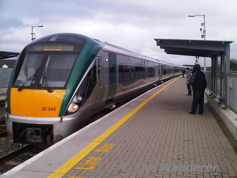 22042 arrives at Portarlington with the 1725 Heuston - Limerick.  Fri 01.04.11