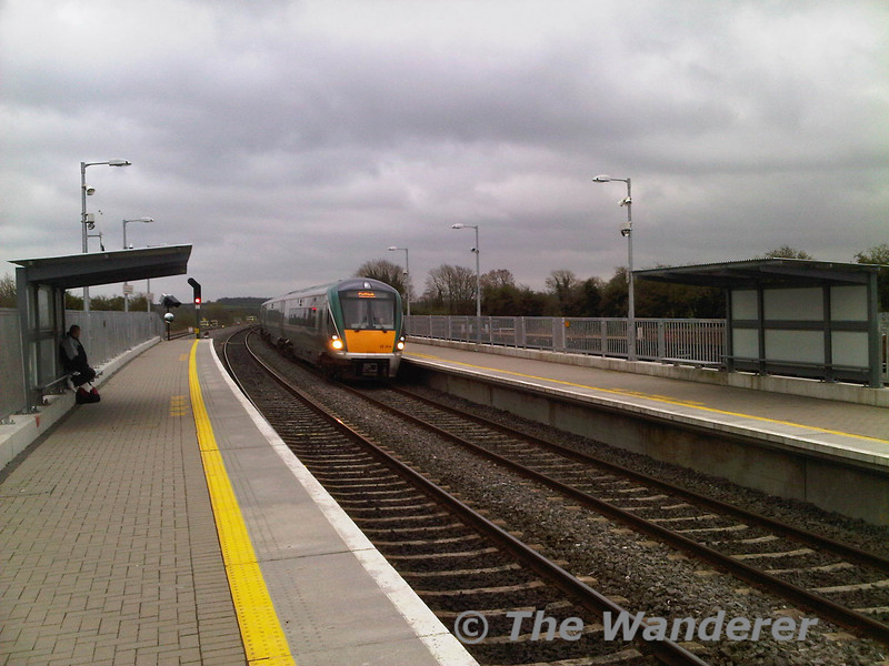 22004 + 22005 arrive at Portarlington with the 1745 Heuston - Galway.  Fri 01.04.11
