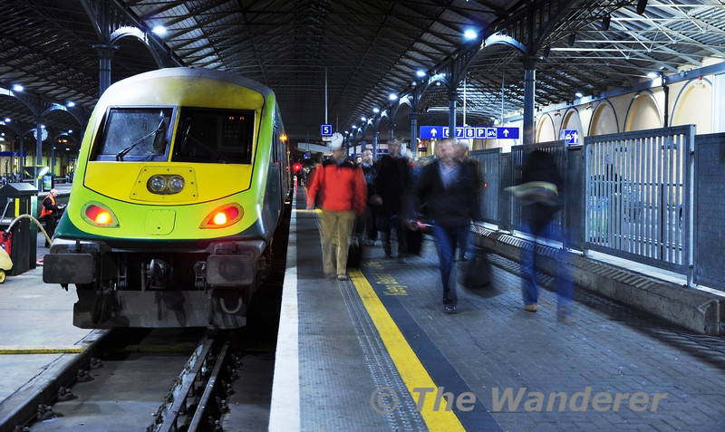 Passengers disembark from the 1630 ex Cork at Heuston Station. DVT 4001 and loco 232 had worked the train. Wed 21.12.11