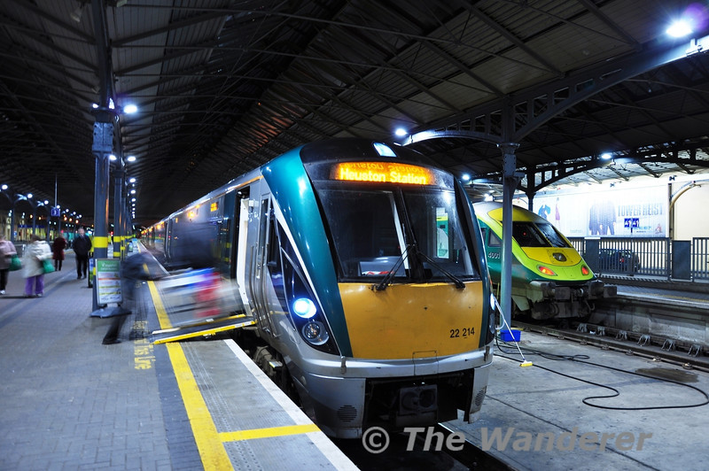 The Rail Gourmet trolley is unloaded from 22014 + 22046 at Heuston. The pair had just arrived with the 1820 from Waterford. Wed 21.12.11