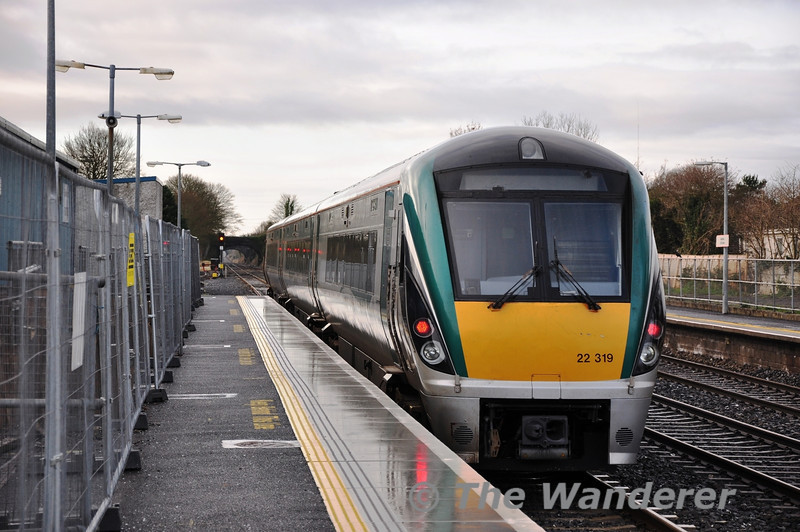 After terminating on the Down Main platform at Kildare, 22019 heads to the south of the station to reverse into the Up Loop Platform. Sun 18.12.11