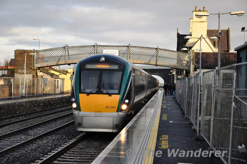 22040 arrives into Kildare Station with the 1325 Heuston - Cork. Sun 18.12.11