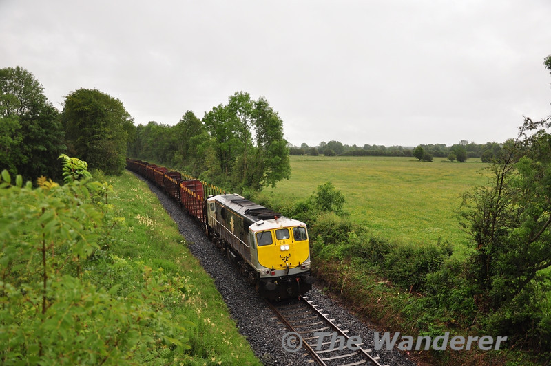 The 1150 Waterford - Westport Timber train got into difficulty near Cherryville Jct with 082 in charge. 081 replaced 082 at Kildare and worked the train forward to Westport. It is seen passing the Maradyke Bridge near Geashill running between the 1710 Heuston - Athlone and 1745 Heuston - Galway. Wed 06.07.11