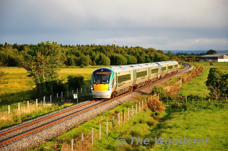22009 + 22007 pass Cloney between Athy and Kildare with the 1820 Waterford - Heuston. Tues 07.06.11