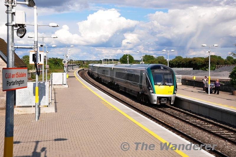22009 + 22007 arrive at Portarlington with the 1710 Heuston - Athlone. Fri 10.06.11