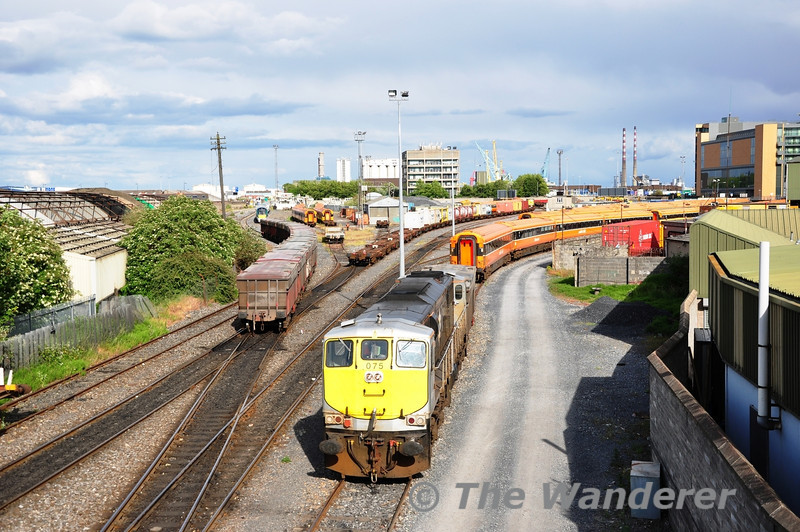 075 shunted off the leading wagon and left it next to a rake of MKIII's at North Wall. Mon 30.05.11