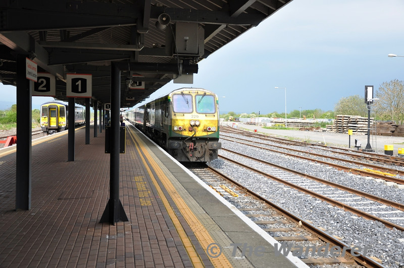 229 arrives at Limerick Jct with the 1400 Heuston - Cork while 2707 + 2708 wait to form the connecting service to Limerick.  Sun 01.05.11
