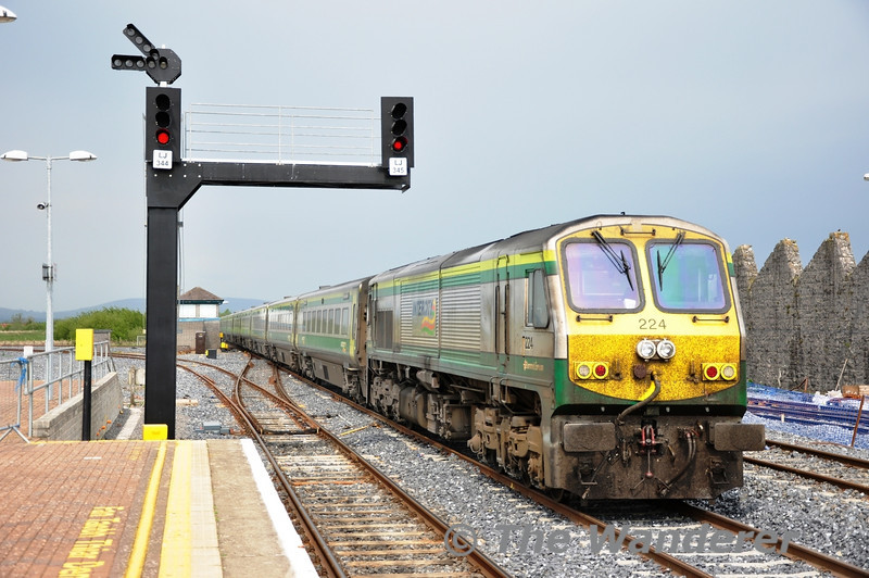 224 brings up the rear of the 1430 Cork - Heuston as it passes through Limerick Jct.  Sun 01.05.11