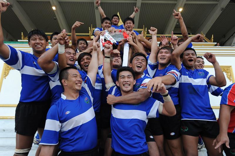 台灣代表隊隊員手捧冠軍獎牌,興奮的慶祝中華隊將在2012年重回亞洲五國賽第一級賽事。