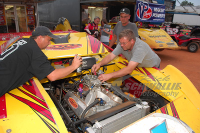 Steve Francis crew members tune on his car