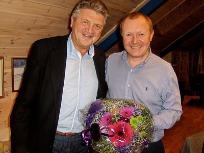Arild overrakte blomster til formann Svenn Erik i anledning bursdag og rundt tall