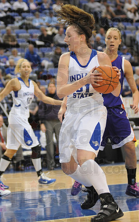 Tribune-Star/Rachel Keyes<br /> Getting In Position: Indiana State Senior Kelsie Cooley get into position to score in Sunday's games against Evansville.
