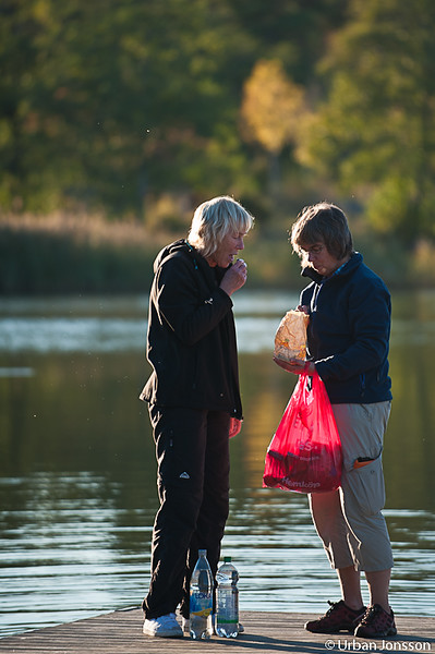 Marianne & Lena delar på gosakerna på bryggan.