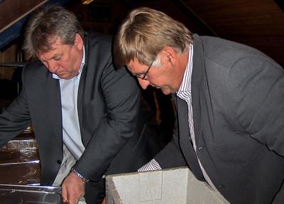 Øystein og Rune i festkomiteen klargjør middagen